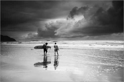 Premium-plakat Surfers on a stormy tropical beach