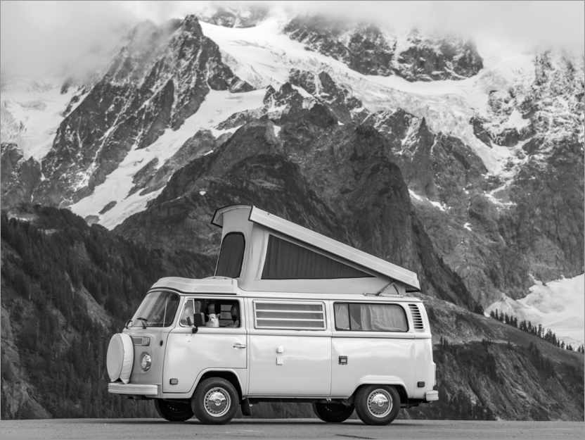 Premium-plakat Camping bus in front of a mountain landscape