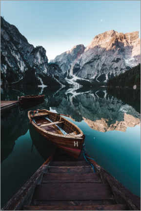 Lærredsbillede  Braies lake with boat in the Dolomites - Road To Aloha