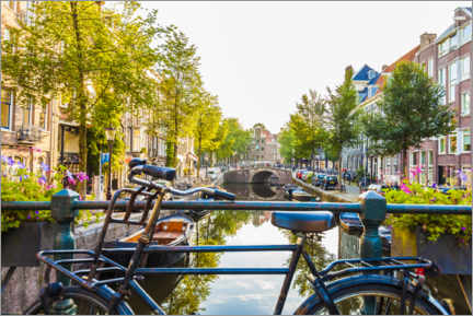 Premium-plakat Bicycle on a canal in Amsterdam