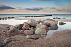 Galleritryk  Stones and groynes on shore of the Baltic Sea. - Rico Ködder