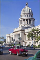 Selvklæbende plakat  Traditonal old American cars passing the Capitolio building, Havana, Cuba - Martin Child