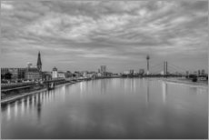 Selvklæbende plakat  Düsseldorf skyline in the evening in black and white - Michael Valjak