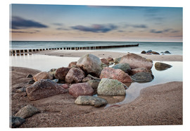Akrylbillede  Stones and groynes on shore of the Baltic Sea. - Rico Ködder