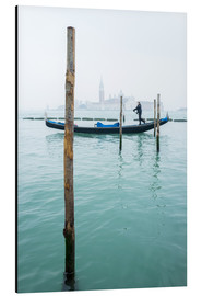 Print på aluminium  Gondolier with his gondola on the water in Venice in fog - Jan Christopher Becke