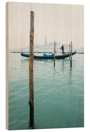 Print på træ  Gondolier with his gondola on the water in Venice in fog - Jan Christopher Becke