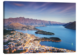 Lærredsbillede  Queenstown illuminated at dusk and lake Wakatipu, Otago, New Zealand - Matteo Colombo