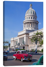 Lærredsbillede  Traditonal old American cars passing the Capitolio building, Havana, Cuba - Martin Child