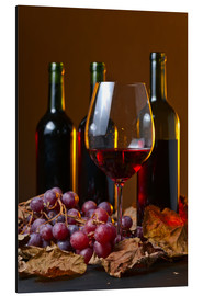 Print på aluminium  red wine with grapes and vine leaves
