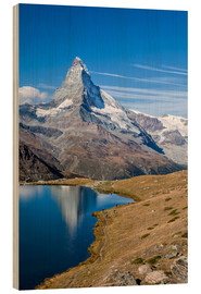 Print på træ  Hikers walking on the path beside the Stellisee with the Matterhorn reflected. Zermatt Canton of Val - Roberto Sysa Moiola