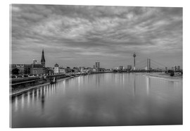 Akrylbillede  Düsseldorf skyline in the evening in black and white - Michael Valjak