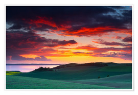 Premium-plakat Rolling green hills and lake at sunset