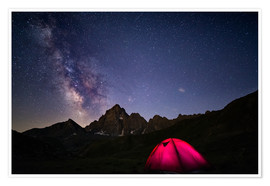 Premium-plakat Glowing camping tent under starry sky on the Alps