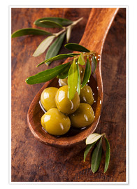 Premium-plakat Spoon with green olives on a wooden table